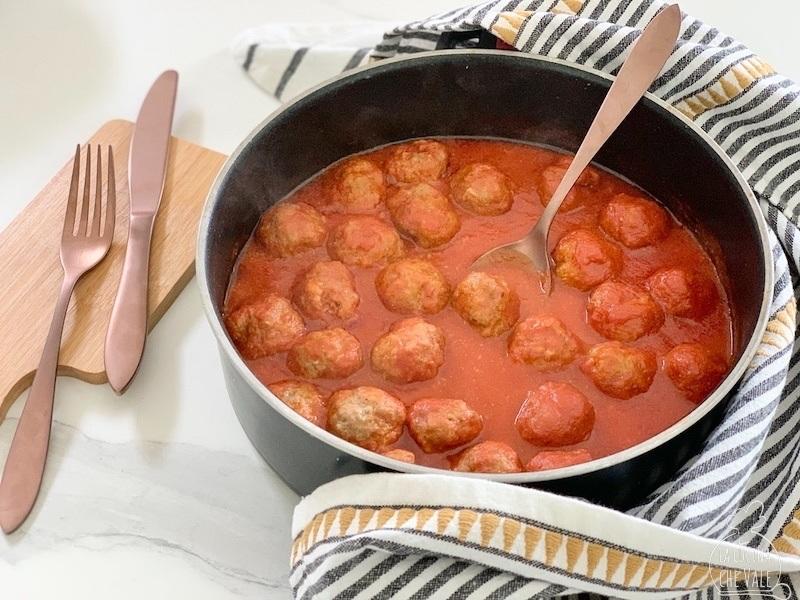 Le polpette al sugo sono un secondo piatto a base di carne davvero gustoso e facile da fare. Seguendo i miei consigli le preparerete in 15 minuti e dopo 20 minuti di cottura saranno pronte. Vincono per la loro morbidezza.