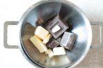 Sciogliete il burro con il cioccolato a bagno maria
