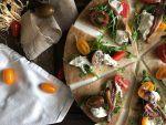 Condite subito con rucola, pomodorini, acciughe del Mar del Cantabrico e stracciatella di burrata, un filo d'olio e pepe.