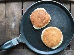 Scaldate una padella antiaderente unta con olio evo e fate cuocere i pancake due minuti per lato.
