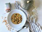 Servite la minestra calda aggiungendo al piatto le foglie di cavolini di Bruxelles e una spolverata di pepe.