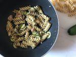 Scolate la pasta al dente, mettetela in padella con le zucchine, aggiungete il battuto di olive e i filetti di ricciola spezzettati e un filo d'olio, fate amalgamare bene tutti gli ingredienti e servite.