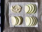 Ricavate dei rettangoli dalla pasta sfoglia, mettete un po' di crema pasticcera al centro e poi aggiungete le fettine di mela.