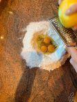Con la farina create una fontana, aggiungete le due uova intere e il tuorlo e la scorza di limone grattugiata, e iniziate ad amalgamare il tutto con la farina, aggiungete lo zucchero, il lievito e poi il burro ben freddo a pezzetti. Impastate piano piano fino a che non si formerà un panetto.