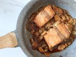 Sgocciolate il salmone e fatelo scottare in padella calda per pochi minuti da entrambi i lati, aggiungete il condimento della marinatura e fate ridurre un pochino.