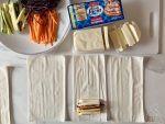 Tagliate la mozzarella in panetto Galbani Santa Lucia a fettine e poi a bastoncino.
