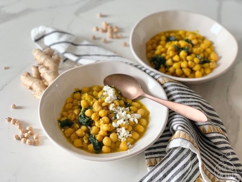 La minestra di ceci al curry è perfetta per ogni stagione, mangiata calda in inverno e tiepida in estate. E' sana, gustosa e facile da fare, piccante al punto giusto e ricca di colore.