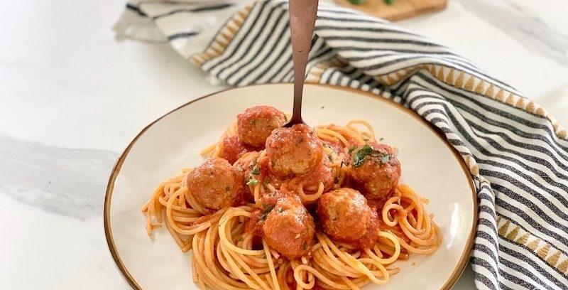 Gli spaghetti con le polpette al sugo sono un tipico piatto italo-americano, facile, veloce e davvero gustoso conquisterà i palati di grandi e piccini. Non esiste piatto più goloso e godurioso nel quale è d'obbligo fare la scarpetta.