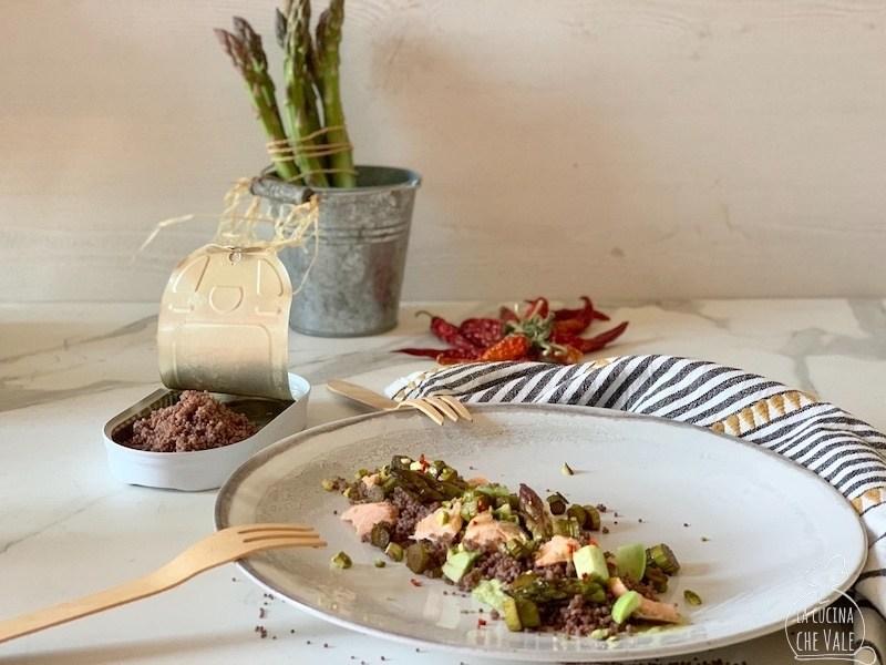 La ricetta del cous cous veloce con riso Venere è perfetta per tutte le occasioni, è un piatto facilissimo da fare e ricco di sapore. Ho arricchito il cous cous di Riso Gallo con asparagi, salmone in scatola, avocado e pistacchi. Ecco la ricetta perfetta per #aproladispensaecucino