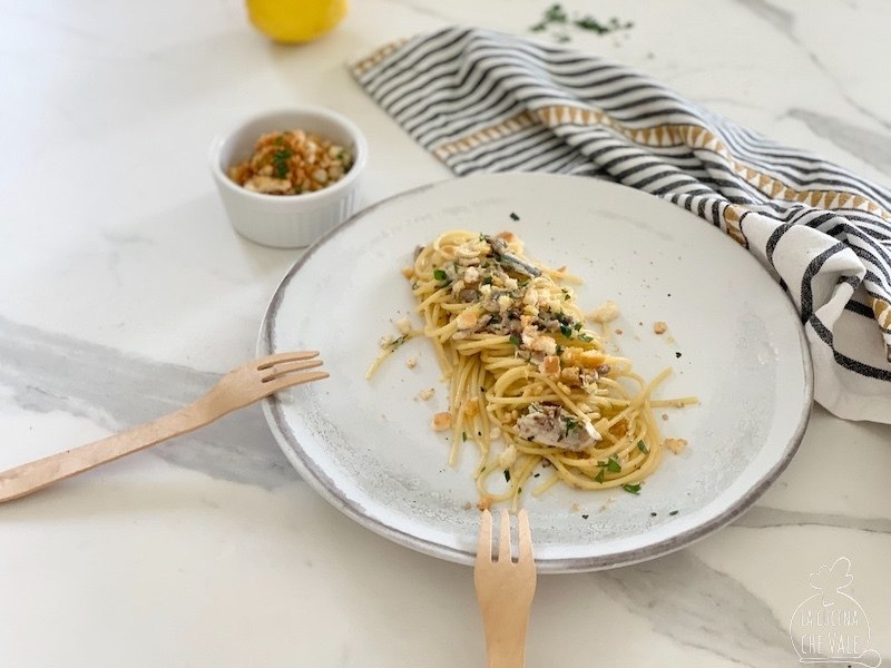 Gli spaghetti con le alici sono un primo piatto incredibilmente gustoso, economico e facile da fare. Le alici fresche e gli ingredienti da dispensa come le olive taggiasche, il pangrattato e l'aglio vengono esaltati dalla presenza di prezzemolo e scorza di limone.