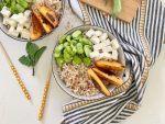 Componete la bowl: mettete sul fondo i cereali, aggiungete pesche, feta e fave e servite.
