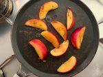 Lavate le pesche, tagliatele a spicchi e fatele grigliare su di una padella antiaderente ben calda da entrambi i lati.