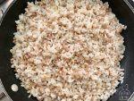 Fate saltare le fantasie di cereali in padella con olio, sale per pochi secondi