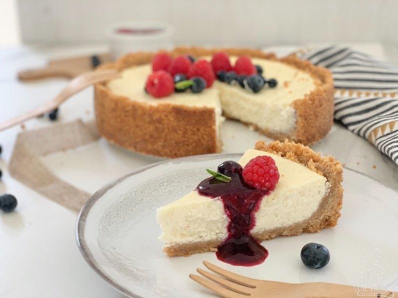 La famosa New York cheesecake è cotta ed è una ricetta molto facile e molto gustosa, un must della cucina ormai internazionale. Questa versione della cheesecake prevede la cottura in forno per circa 60 minuti e poi il raffreddamento in frigorifero per almeno 1 notte perchè va consumata fredda.