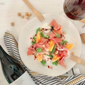 Prosciutto crudo e melone è un davvero un grande classico della cucina italiana estiva. E' un piatto fresco e piacevole, ricco di gusto e facilissimo da preparare. Con la mia ricetta però vi tufferete in un piatto creativo.