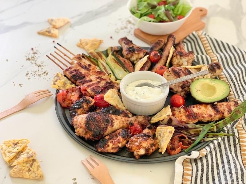 La grigliata di pollo è perfetta per questa stagione estiva, sia che si faccia in casa sulla griglia, sia con il barbecue all'aperto. La carne di pollo si presta molto bene a questo tipo di cottura perchè è leggera e buonissima.