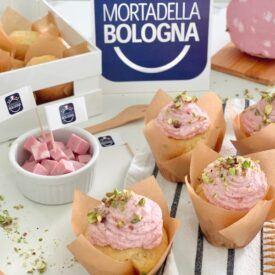 I muffin salati sono versatili, sempre graditi, facili e veloci da preparare. Oggi ve li propongo con una crema di Mortadella Bologna Igp e pistacchi.
