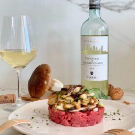 La battuta di manzo con porcini, sedano e noci è un piatto facile e gustoso che piacerà agli amanti della carne cruda e dei funghi. In tutte le occasioni è perfetto accompagnato da un buon calice di vino. Vi aiuterò a prepararlo in maniera veloce.