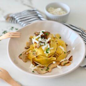 Le pappardelle con funghi porcini sono un vero classico stagionale, un piatto che ti scalda il cuore, molto facile da fare e ricco di gusto. Con l'aggiunta di ricotta salata il sapore sarà davvero accattivante.