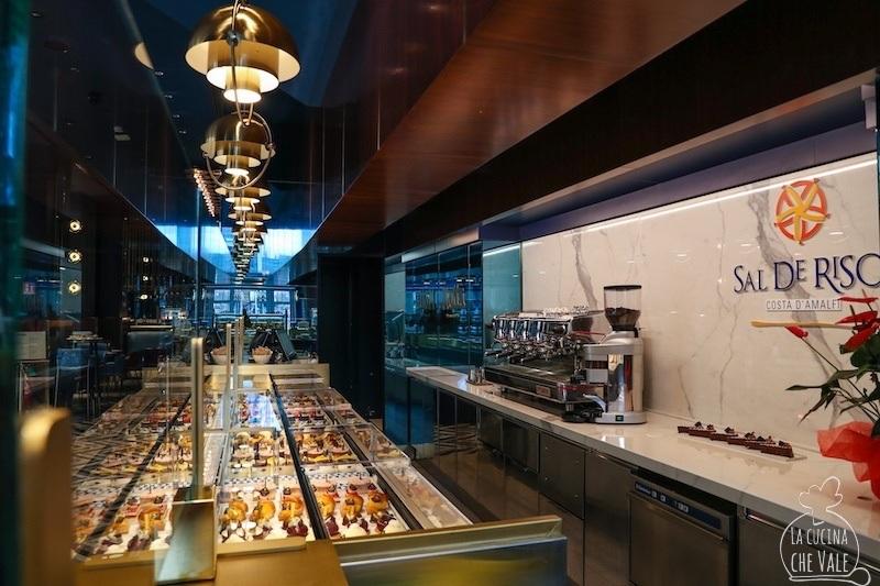 Motta Milano al Mercato del Duomo, il bar all'italiana del gruppo Autogrill presente in Galleria Vittorio Emanuele, ospita il mitico e amatissimo pasticcere campano della costiera amalfitana Sal De Riso.