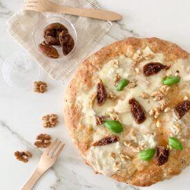 La pizza autunnale è perfetta per questa stagione, gustosa e facile da fare perchè ricca di ingredienti da dispensa. Questa pizza è senza pomodoro.
