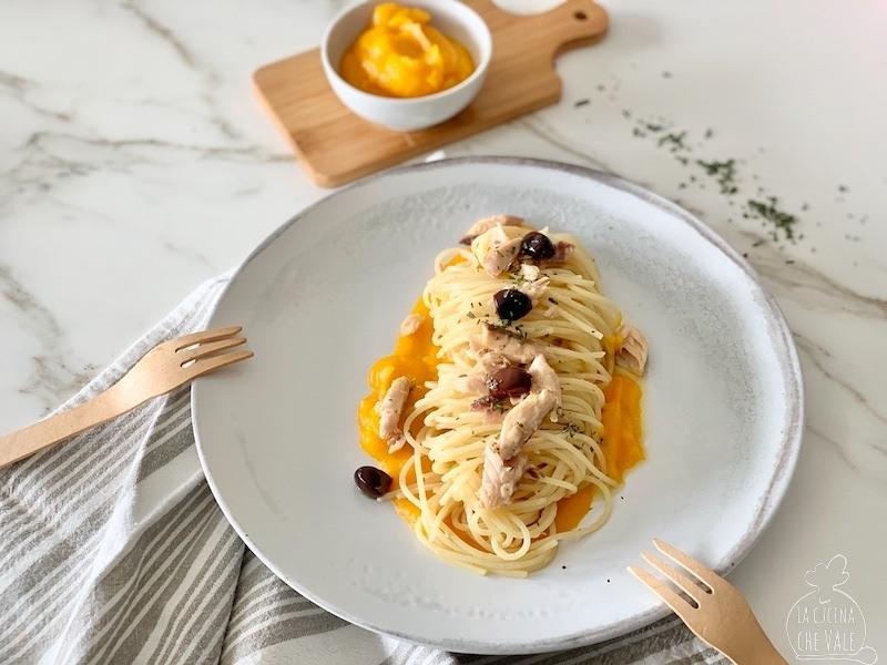 Gli spaghetti con zucca e sgombro sono un primo piatto veloce e facile da fare, le olive e il rosmarino lo rendono ancora più gustoso. Questa ricetta è anche sana e nutriente.