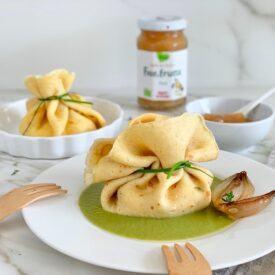 I fagottini di crepes sono facilissimi da fare, ripieni di formaggio di capra saporito e ricotta a cui aggiungere della confettura fresca di pere.