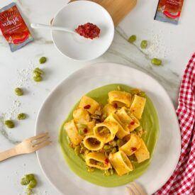 La pasta con la 'nduja calabra e fave è un primo piatto gustosissimo e piccante. La puoi preparare in pochi minuti con fave fresche o surgelate.