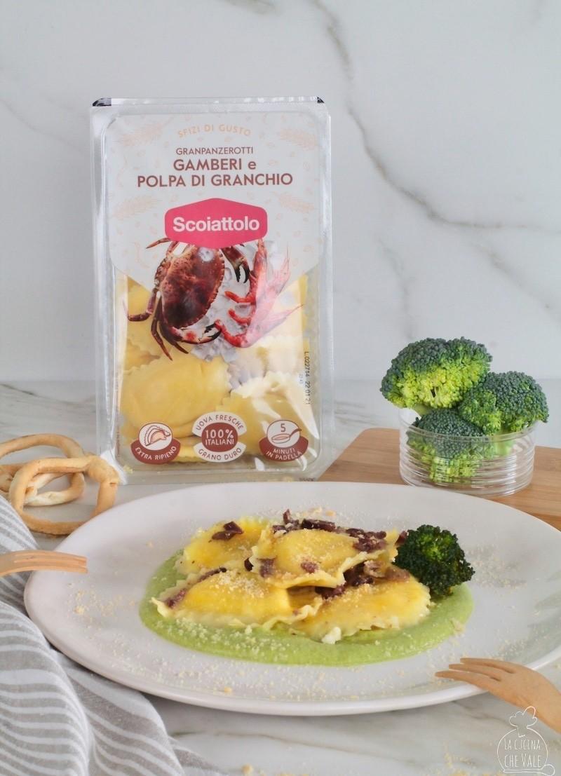 I ravioli di gamberie polpa di granchio con broccoletti, olive e taralli sono un primo piatto facile e veloce, molto chic e ricco di gusto.
