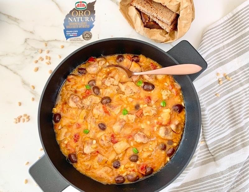 Lo spezzatino di tacchino da dispensa è un piatto facile, delizioso e ricco di sapore. Solo ingredienti da dispensa come passata di datterino giallo, pomodori secchi, olive e pinoli.