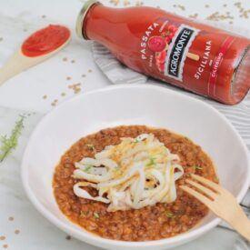 Chiamarla minestra di lenticchie o ragù di lenticchie non cambia. Passata di pomodoro, lenticchie piccole, curry e calamari sono gli ingredienti.