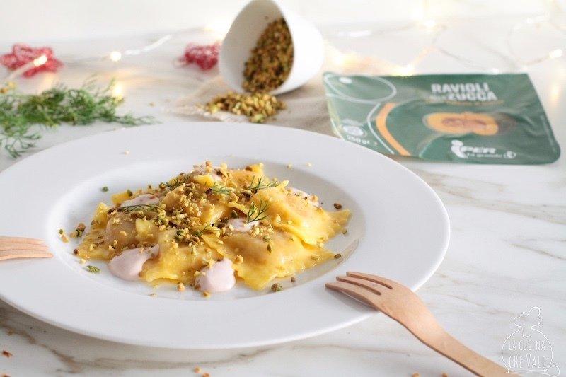 I ravioli alla zucca sono buonissimi tutto l'anno, in questa ricetta facile e veloce con salmone affumicato, yogurt greco, pistacchi e aneto.