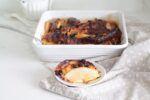 Il dolce di panettone con pere e cioccolato è una ricetta di riciclo facile e buonissima. Si prepara in 10 minuti e cuoce in 40 minuti è sorprendente.