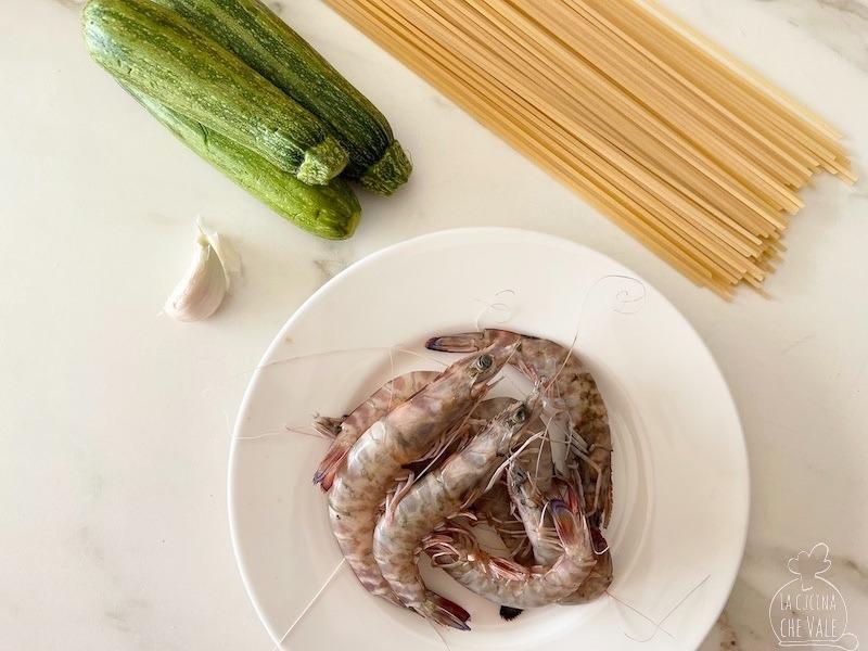 Gli spaghetti gamberi e zucchine sono un piatto classico. Qui trovate una ricetta facilissima in 2o minuti con due trucchi per fare un figur