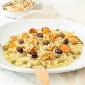 Il risotto piselli, olive e topinambur è un piatto furbo, fatto con ingredienti da dispensa. Mantecato con solo olio sxtarvergine e pronto in 20 minuti.