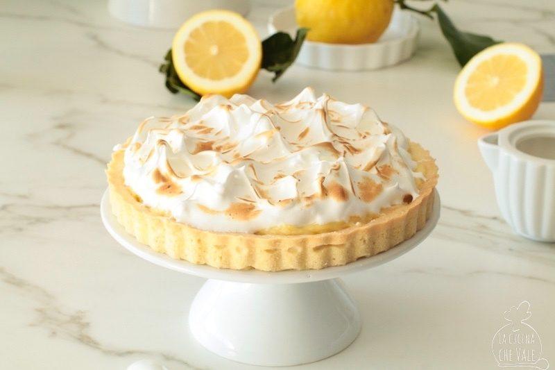 La crostata limone e meringa, conosciuta come meringue lemon tarte è un dolce stratosferico. Dolce e aspro, due gusti che si calibrano alla perfezione.