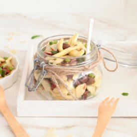 L'insalata di pasta fredda da servire in barattolo è facile e veloce da fare. Puoi usarla per un pic nic ed è fatta solo da ingredienti da dispensa.