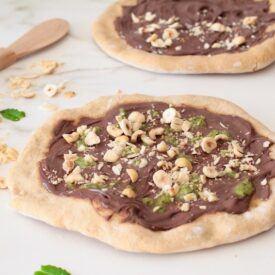 La pizza senza lievitazione è una ricetta geniale, veloce e facile sia dolce che salata. La mia è dolce con nutella, pesto di pistacchi e nocciole.