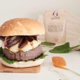 L'hamburger di Chianina è una ricetta facile da fare. Aggiungi poi un tomino filante, scalogno, spinacio, composta di zucca e zenzero.