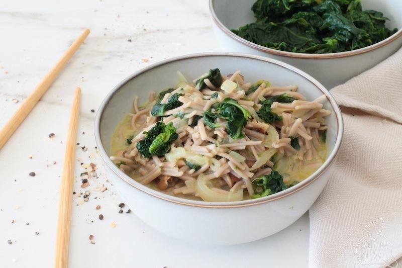 La soba giapponese con spinaci e funghi è un piatto gustoso e facile da fare, arricchito con cipolla latte di cocco e curry a piacere.