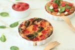 La frittata con pomodorini in scatola, mozzarella e spinaci è un piatto gustoso, veloce da fare è davvero molto facile. La cottura in forno.