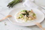 Gli gnocchi con asparagi, stoccafisso norvegese e crema di robiola sono un primo piatto gustoso, sano e facile da fare. Pochi e semplici ingredienti, salute e benessere a tavola.