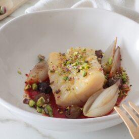 Lo stoccafisso norvegese con pomodoro è un secondo piatto delizioso, veloce e facile da fare, da servire anche come antipasto o finger food.