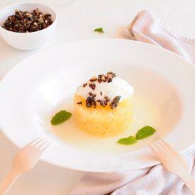 L'ananas con panna e granella di semi è un dessert velocissimo da fare grazie all'uso di frutta sciroppata, semi, miele e panna montata