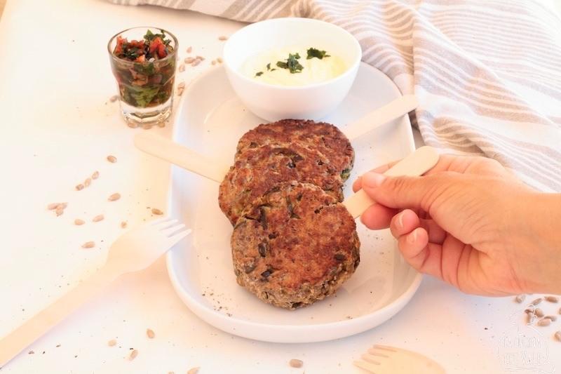 Il burger vegetariano è fatto con soli ingredienti da dispensa, è super sano e veloce da fare. La salsa di senape e yogurt greco è speciale