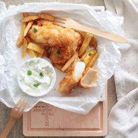Fish and chips è un classico piatto della tradizione anglosassone, croccante fuori e morbido dentro è ottimo se usi un baccalà di qualità.