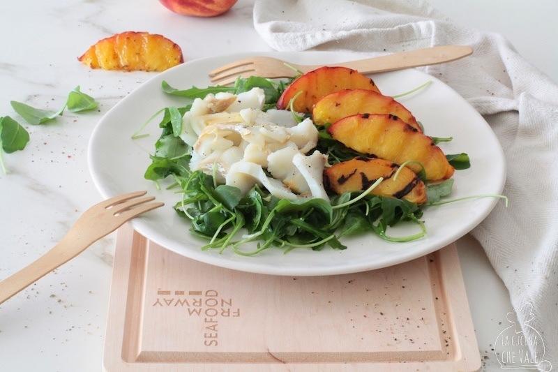 L'insalata di baccalà con pesche rucola è un piatto estivo facile e gustoso. È pronto in 15 minuti ed è perfetto per tutte le occasioni.