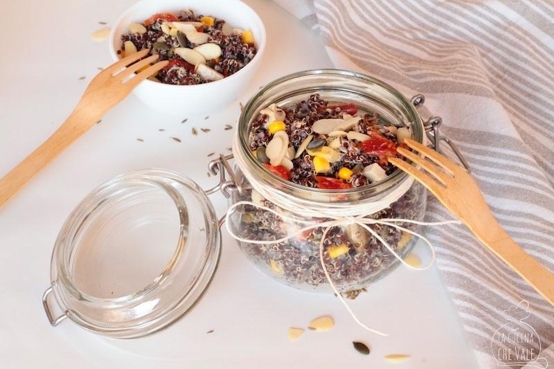 L'insalata di quinoa è ricca di ingredienti da dispensa, veloce e davvero golosa la puoi portare con te se la metti in un barattolo.