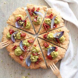 La pizza veloce pronta in 20 minuti è facile da fare grazie ad un impasto base di farina con lievitazione istantanea. La puoi farcire e condire come ho fatto io con soli ingredienti da dispensa per un risultato perfetto.