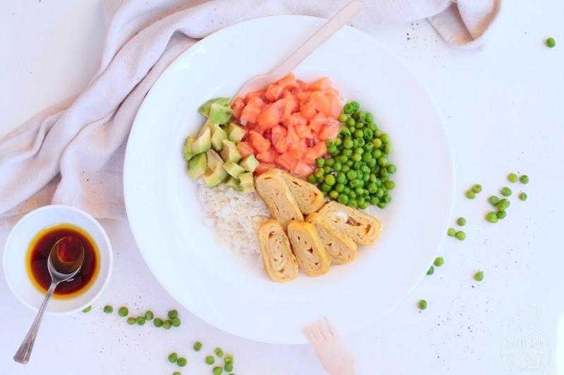 La bowl con salmone norvegese è una ricetta facile e dal sapore etnico, un piatto unico perfetto per l'estate con frittata, avocado e piselli.